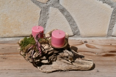 Schwemmholz als Kerzenständer mit 2 rosa Kerzen