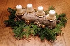 Schwemmholzstamm mit Kerzen als Adventskranz