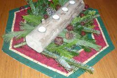 Schwemmholzbalken mit Teelichter  als Adventskranz