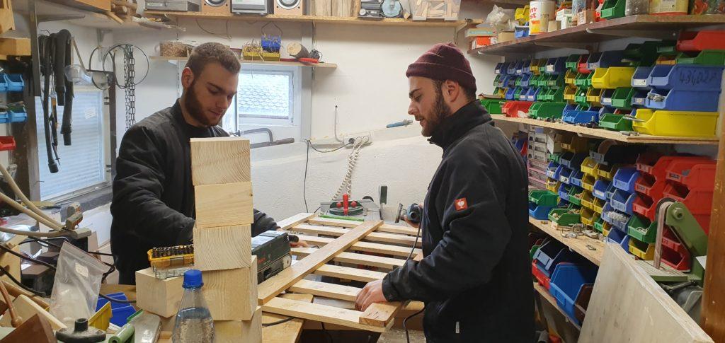 Daniel und Felix in der Werkstatt