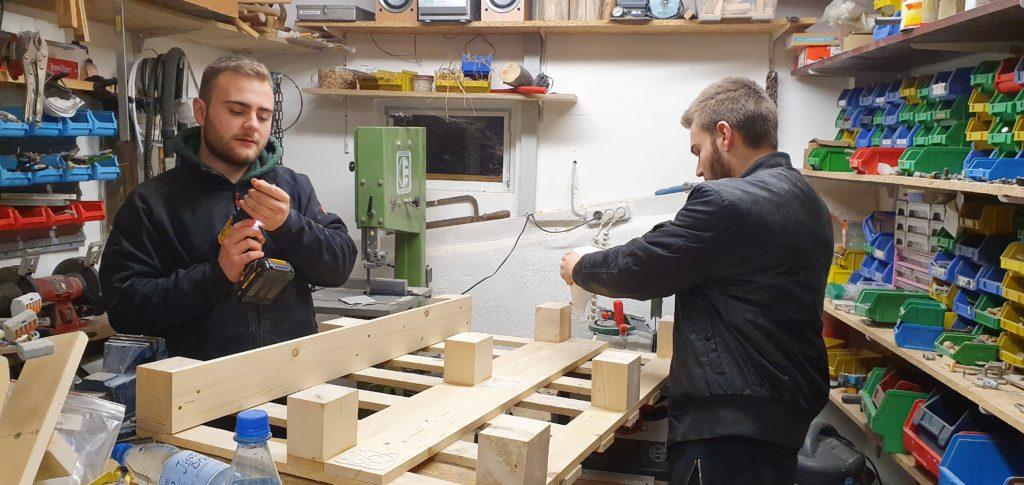 Daniel und Felix beim Bau eines Barregals